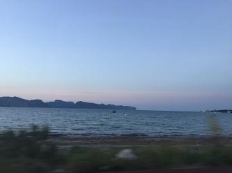 Das Meer mit den Bergen des Nordens