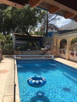 Der Pool mit meinem Schwimmring ( ja, da sind Totenköpfe aufgedruckt :D )
