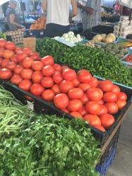 ... zu Tomaten und Kräutern, ..
