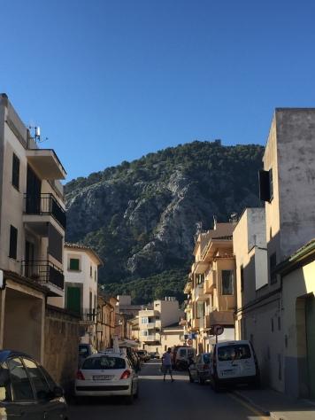 Ein Blick aus den Gässchen auf die Berge